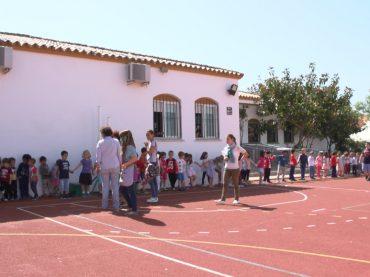 Los niños de Casares realizan una cadena solidaria para la Escuela de Memoria